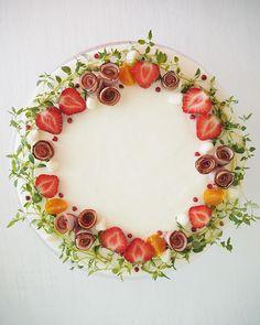 "Henna Latosaari sanoo Instagramissa: ""Kinkkuvoileipäkakku #kinkkuvoileipäkakku #ham #sandwichcake #kinkku #voileipäkakku #instacake #suolaisetherkut #saltysweet…"" Wooden Serving Platters, Food Platters, Sandwich Torte, Veggie Quinoa Bowl, Strawberry Meringue, Meat Trays, Chicken Cake, Chocolate Dipped Strawberries, Fruit Salad Recipes"