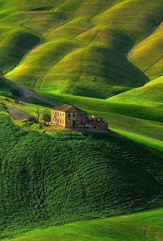 The spectacular rolling hills of Toscana Places Around The World, Oh The Places You'll Go, Places To Travel, Places To Visit, Around The Worlds, Travel Destinations, Travel Deals, Wonderful Places, Beautiful Places