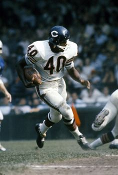 Gale Sayers - Chicago Bears ... Before the knee injury he could fly !!!