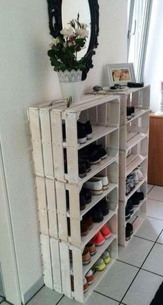 Diy Möbel Rustic shoemaker, Organizing Your Home: What a Challenge! Organizing a Diy Furniture Ikea, Diy Furniture Upholstery, Wooden Crate Furniture, Diy Outdoor Furniture, Diy Home Decor, Room Decor, Wooden Diy, Home Organization, Home Projects