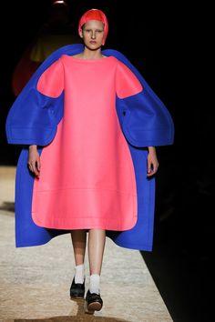 Comme des Garçons  Fall 2012  nieuwe vormen creeeren om het lichaam heen bouwen Kleur en prints maar soms sober en grijs tinten Vouw en vlecht technieken