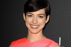 Anne Hathaway Set to Present at Oscars Anne Hathaway has just been announced as a presenter at the upcoming 2014 Oscars! The actress won the Supporting Actress Oscar last year for her work… Anne Hathaway Haircut, Oscars 2014, Old Actress, Party Planning, Envy, Hair Cuts, Hairstyle, Celebs, Singer