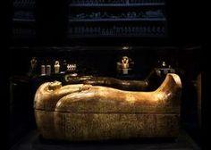 King Tut museum exhibit NYC - dark, dramatic lighting