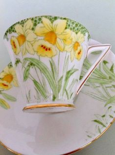 Tea cup and saucer in Art Deco style From approx 1930 Made in England Royal Standard Daffodils pattern rare shaped handle Lovely hand painted details on transferware Great gift for Flower or Tea lover good vintage condition check images closely Chocolate Cups, Chocolate Coffee, Tea Cup Saucer, Tea Cups, China Tea Sets, Cuppa Tea, Mellow Yellow, Vintage China, Hand Painting Art
