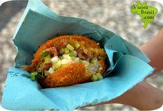 Acarajé, es una comida típica de Brasil, similar a una empanada, con relleno a base de chicharos y cebolla picada, camarones, etc.