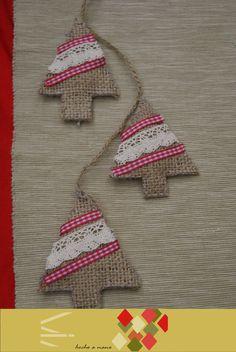 cod guirnalda con pinos de navidad en arpillera y cintas cocidos a mano