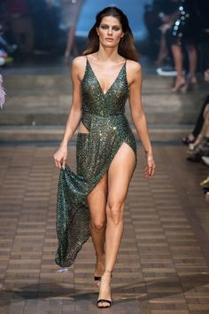 Julien Macdonald Spring 2020 Ready-to-Wear Fashion Show Collection: See the complete Julien Macdonald Spring 2020 Ready-to-Wear collection. Look 51 Fashion Weeks, Fashion 2020, Runway Fashion, Boho Fashion, Fashion Models, Fashion Show, Fashion Design, Spring Fashion, Fashion Trends