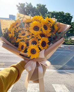 Flower Shop Design, Flower Designs, Sunflower Bouquets, Floral Bouquets, Blooming Flowers, Fresh Flowers, Amazing Flowers, Beautiful Flowers, Sunflower Photography