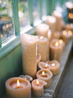 lit candles on a windowsill//
