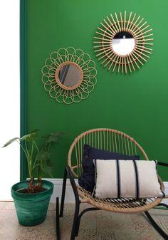 Pour une déco tropicale réussie, les miroirs en rotin de différentes tailles habillent un mur peint vert menthe, et le rocking chair se parent de multiples coussins #castorama #decoethnique #tendancedecocuba #tendancedecolahavane #inspirationdecoethnique #miroirrotin #murvert #rockingchair #coussins