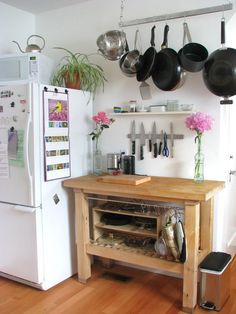 Don't feel limited by a small kitchen space. Get design inspiration from these charming small kitchen designs. Kitchen On A Budget, New Kitchen, Kitchen Decor, Kitchen Small, Kitchen Ideas, Vintage Kitchen, Ikea Kitchen Cart, Kitchen Planning, Rental Kitchen