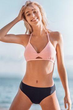 Bikini halter texturé rose et bleu marine Halter Bikini, Bikini Rose, Bikini Floral, Mädchen In Bikinis, Beach Swimsuits, Women's Swimwear, Beachwear, Bikini Crochet, Health Fitness