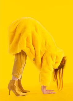 Not entirely sure what is going on here Colorfull Background, Yellow Background, Monochrome Fashion, Yellow Fashion, Yellow Photography, Fashion Photography, Monochrome Photography, Art Photography, Mellow Yellow