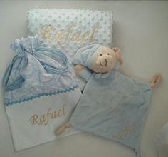 Regalo para Rafael volando a Canarias Quien pudiera #canastillasbebe #babyshowers #albornozpersonalizado