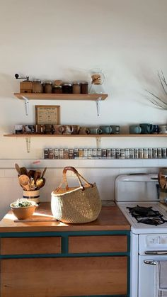 in love with the open shelving and easy access to spices - Küche/Esszimmer - Shelves Kitchen Shelves, Kitchen Dining, Kitchen Decor, Kitchen Storage, Sweet Home, Rustic Kitchen Design, My New Room, Open Shelving, Home Kitchens