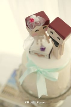 bride and groom wedding cake topper with luggage by KikuchiForest