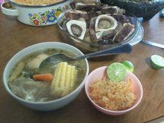 Caldo de res (así queda) acompañado por una sopa de arroz y una salsa picosa provecho