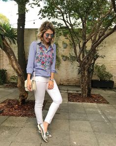 sapato metalizado prata + skinny branca + camisa azul bordada Casual Outfits For Girls, Classy Outfits, Cool Outfits, Winter Fashion Outfits, Work Fashion, Spring Outfits, Saturday Outfit, Aesthetic Clothes, Casual Looks