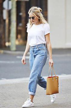 Le bon look avec des Stan Smith blanches et bleues : jean mom taille haute, t-shirt blanc et grand sac camel.