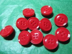 """(11) 3/4"""" DECORATIVE RED PLASTIC SHANK BUTTONS - VINTAGE Lot#GB1037"""