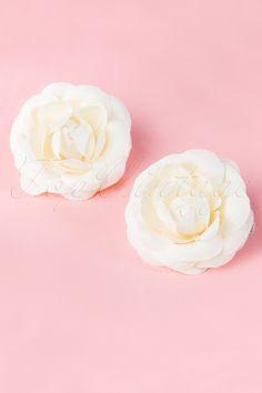 Deze 50s Pin-Up Pair Of Cream Flower Hairclipsvan From Paris With Love! zijn twee medium-sized romantische crèmekleurige bloemen op witte metalen haarclipjes. Super schattig in combinatie met een jurkje en extra glamorous bij een chique outfit op een speciale gelegenheid!