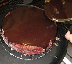 Torta selva negra con Ganache de chocolate - Ganache: En una olla calentar 200 gr de crema de leche. Cuando este caliente apagar el fuego y agregar 200 gr de chocolate amargo en barra cortado en trozos. Dejar reposar y remover después de de 3 minutos.  X