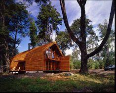 Casa Galpón. Diseñada por Cazu Zegers la casa tiene un sistema constructivo basado en carpintería en madera nativa y estructura de cohigüe. Los muros de tinglado de madera nativa, cohigüe sin cepillar y celosía de roble. Por su parte, las ventanas son de carpintería artesanal en madera nativa de raulí. En total 116 metros cuadrados construidos en Kawelluco (IX Región) en una parcela de 1 hectárea.