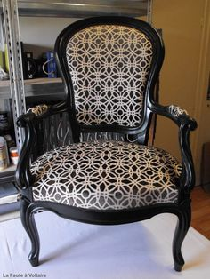 how to paint an upholstered chair Funky Furniture, Unique Furniture, Furniture Stores, Furniture Upholstery, Upholstered Chairs, Upholstery Fabrics, Comfortable Accent Chairs, French Chairs, Furniture Repair