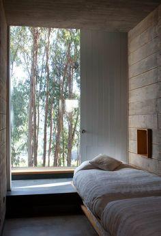 Подоконник-столешница в комнате: 70+ функциональных идей для экономии пространства http://happymodern.ru/podokonnik-stoleshnica-v-komnate/ Уютная спальня в частном доме с низким подоконником-столешницей, который отлично заменяет прикроватный столик