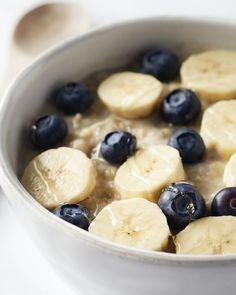 Een van onze favoriete ontbijten: warme havermout met de heerlijke combinatie van blauwe bessen, walnoten en banaan. Een kommetje waar je even op voortkan!