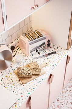 Where can I get large size terrazzo tiles and inspiration to decorate my home? Refacing Kitchen Cabinets, Kitchen Worktop, Kitchen Tiles, New Kitchen, Concrete Kitchen, Interior Exterior, Kitchen Interior, Kitchen Decor, Kitchen Design