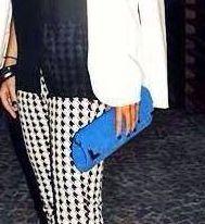 Carteira nellfernandes baguete azul dando uma cor no preto e branco.