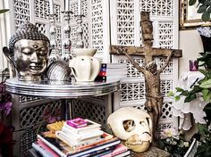 Rommene i huset til design - og utviklingssjef Bente Gabrielsen Mesinele i Skeidar er fylt opp og av kors, engler,dødninghoder, tyrkiske øyne, statuer, bilder og annet som alle har en betydning for henne. Hun samler på kranier. Foto: Jørgen Braastad/VG