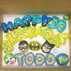 Batman donuts Happy Birthday Donut, Very Happy Birthday, Doughnuts, Birthday Candles, Batman, Lettering, Decorating, Comics, Cooking