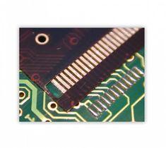 Lötung eines OLED auf einer Leiterplatte.  Die Bügellötung wird mit flachen Lötbügeln durchgeführt.  Die Positionierung der Anschluss-Flex des OLED auf den Lötpads der Leiterplatte erfolgt über Passstifte und entsprechenden Bohrungen in der Flex und Leiterplatte. Office Supplies, Stationery
