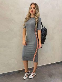 Neste look não gosto do comprimento do vestido nem da bolsa no estilo mochila.Eu não usaria. Modest Wear, Modest Dresses, Modest Outfits, Short Dresses, Casual Outfits, Cute Outfits, Teen Fashion Outfits, Fashion Dresses, Womens Fashion