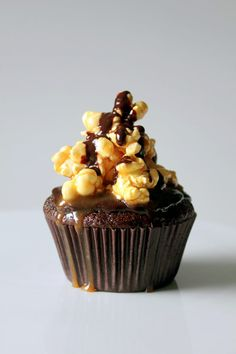 Guinness Cupcakes with Chocolate Ganache and Salted Caramel Popcorn - Oh Sweet Day! Baking Cupcakes, Yummy Cupcakes, Cupcake Cookies, Delish Cakes, Popcorn Recipes, Cupcake Recipes, Chocolate Ganache Cupcakes, Guinness Cupcakes, Salted Caramel Popcorn