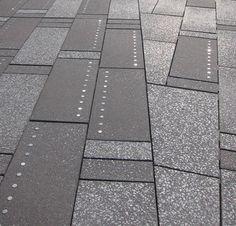 Pavimento mas importante del mundo: Nuevo pavimento en Broadway, New York, por Snøhetta. Forma parte de los nuevos planes de peatonalización de la metrópoli. El pavimento tiene dos tonos y los discos metálicos reflejan las luces de neon de los alrededores  //   New pavement in Broadway street. By Snøhetta.