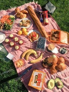 I wish my friends would want to do picnics aesthetic food, summer aesthetic, summer Good Food, Yummy Food, Tasty, Comida Picnic, Jai Faim, Picnic Date, Summer Picnic, Beach Picnic, Spring Summer