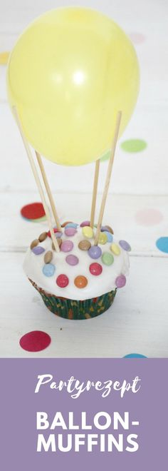 Diese Luftballon Muffins sind eine einfache Kinderburtstag Idee. Die Basis der Heißluftballon Muffins bildet ein Zitronenmuffins Rezept. Die Zitronen-Muffins werden anschließend mit Zuckerguss überzogen und mit Smarties dekoriert. Die Ballon-Muffins sind ein effektvolles, aber schnelles Partyrezept, das ideal als Kindergeburtstag Kuchen genutzt werden kann.