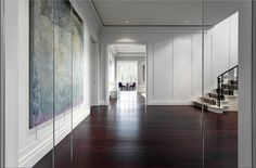 Opulente maison bourgeoise des années20 à Montréal, la propriété Arte E Moda présente un luxe exceptionnel sans tomber dans le tape-à-l'œil. Les vastes pièces aérées, les surfaces blanches ou grises et l'abondance de lumière naturelle transforment l'espace en canevas neutre, où les nombreuses œuvres d'art des propriétaires sont pleinement mises en valeur. L'utilisation de multiples …