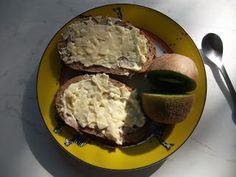 morgens bei Ratfashion: Knoblauch'butter'brot und Kiwi