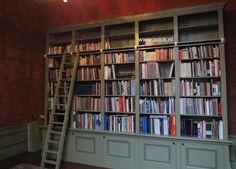 Klassieke boekenkast. Kenmerken zijn de onderkasten die gekopieerd zijn van de lambrisering en de klassieke groene kleur www.oock.nl