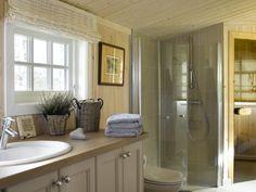 TON I TON: Interiørdesigneren valgte farger som går ton i ton. De duse liftgardinene ble nøye valgt ut til å passe på badet. De er i 100 prosent lin, og gir et fint lys og spill siden de er vevet slik at de ligger i folder. Gardinene, håndklærne og kurvene er fra Hemsen Interiør. Alcove, Bathrooms, Bathtub, Mirror, Furniture, Home Decor, Standing Bath, Decoration Home, Bathroom