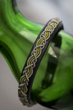 green Viking Bracelet, Bone Jewelry, Bangles, Bracelets, Diy And Crafts, Beading, Jewelry Design, Jewelry Making, Jewellery