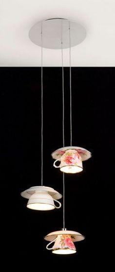 Un lampadario fatto con le tazzine da caffe'