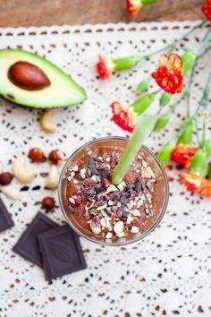 Im Kaffee-Smoothie verstecken sich neben Kaffee auch Banane, Avocado, Schokolade und Nüsse. Super lecker schmeckt er auch eiskalt mit etwas Crushed Ice.
