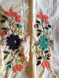 Alumnas, Nani Bordado a Mano Mexican Embroidery, Machine Embroidery Applique, Crewel Embroidery, Hand Embroidery Designs, Cross Stitch Embroidery, Embroidery Patterns, Bordado Floral, Couture Embroidery, Handmade Flowers