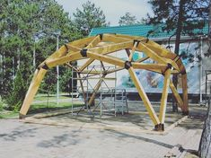 10 Best Pergola Designs, Ideas and Pictures of Pergolas – Top Soop Geodesic Dome Greenhouse, Geodesic Dome Homes, Dome Structure, Timber Structure, Carport Designs, Pergola Designs, Home Climbing Wall, Yurt Home, Bubble House