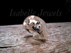 isabellejewels.com gioielli con fiori veri naturali, real natural flower jewellry. Anello a fascia sfaccettata realizzato in resina con inclusione di fiori panna e salmone, #ring #jewels #Jewelry #arts #artist #fashion #artwork #design #artistic #flower #handmade #designer #creative